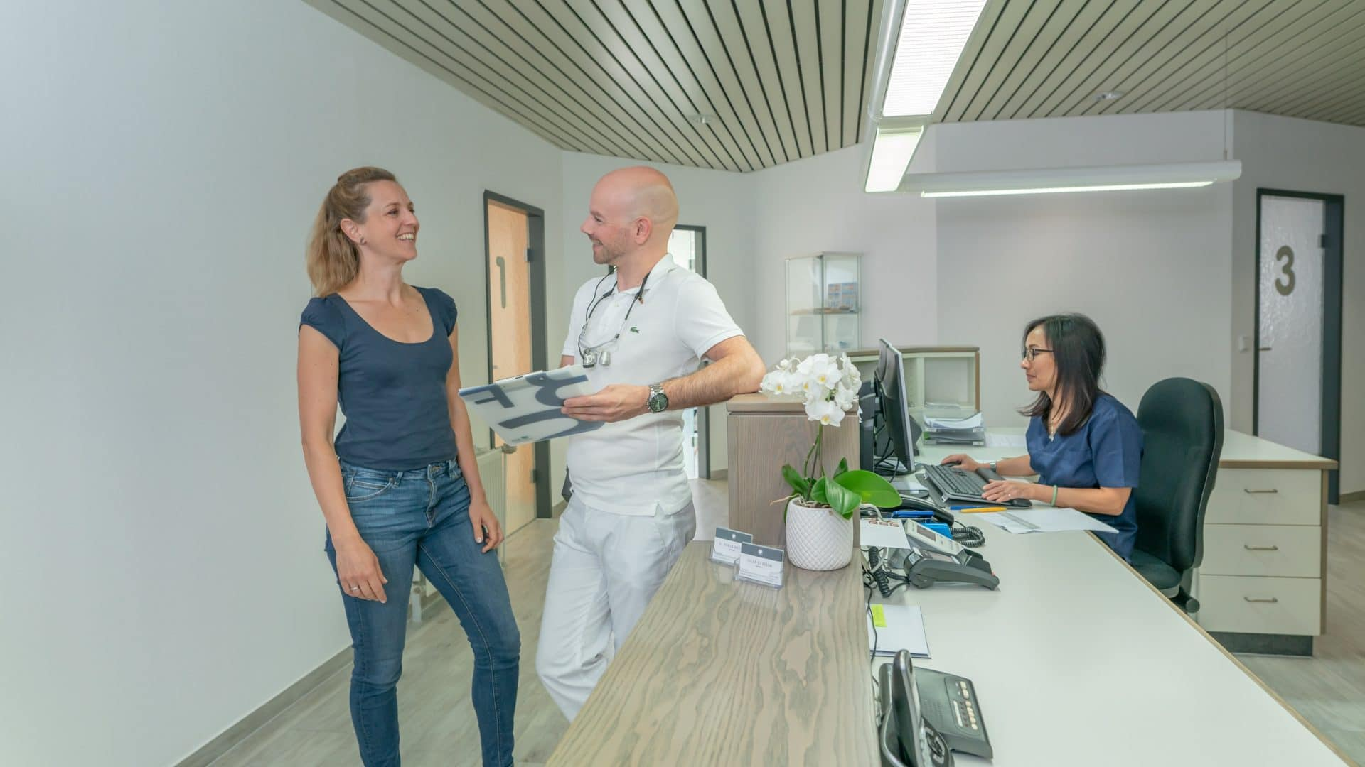 Bild: Der Empfangsbereich in der Zahnarztpraxis Bierbaum & Kollegen