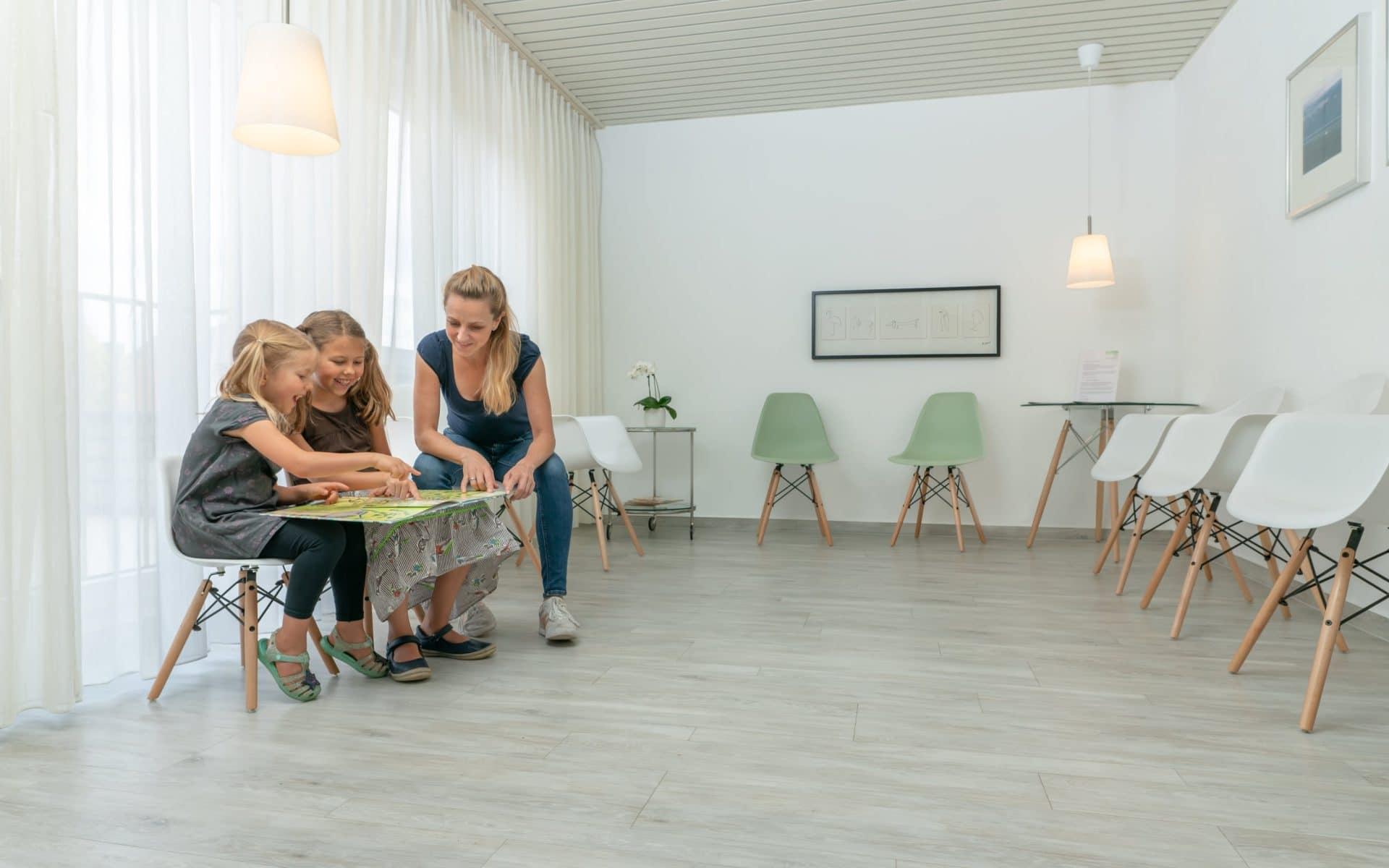 Bild: Im Wartebereich der Zahnarztpraxis Bierbaum & Kollegen warten auf Sie viele Spiele und eine entspannte Atmosphäre